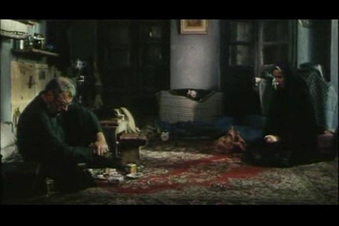 """من فيلم """"مدينة جميلة"""" (2004).. ويمكن ملاحظة الطريقة الدائمة التي يقسم بها """"فرهادي"""" أبطاله إلى ناحيتين في أفلامه كتأكيد على فكرة """"الصراع"""""""
