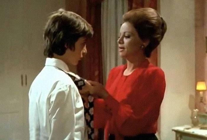 سيدة تلبس رابطة العنق لابنها
