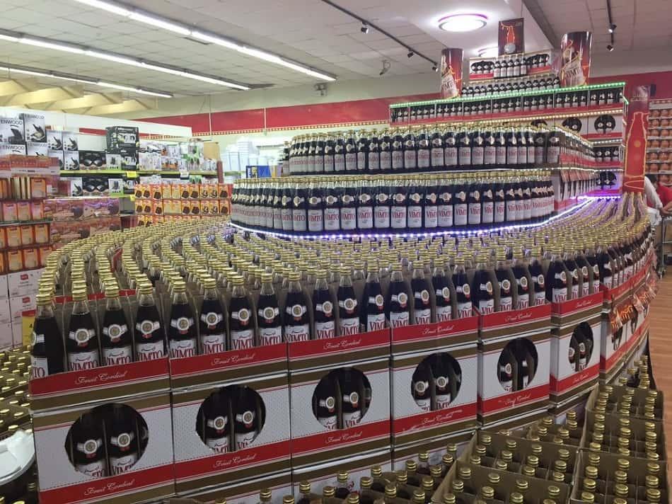 أكوام من زجاجات مشروب فيمتو في سوبر ماركت خليجي