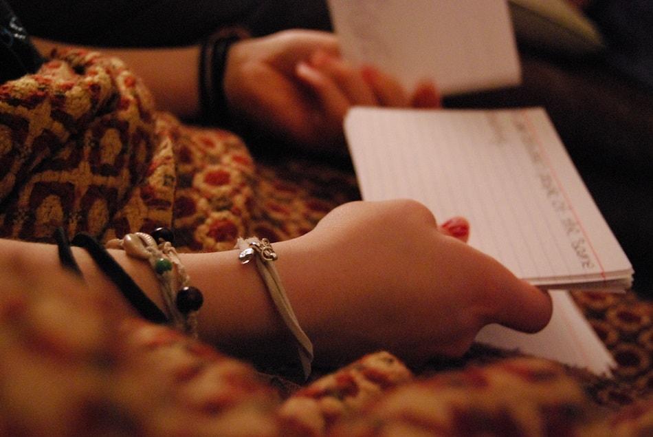 فتاة تراجع دروسها من أوراق مذكرات