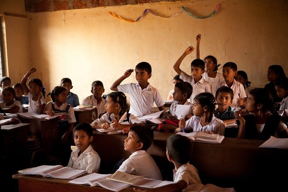 أطفال يدرسون في مدرسة
