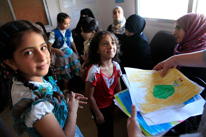 فتيات يتعلمن الرسم