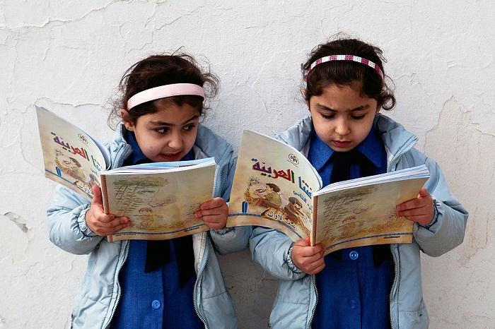 فتيات يقرأن في الأردن
