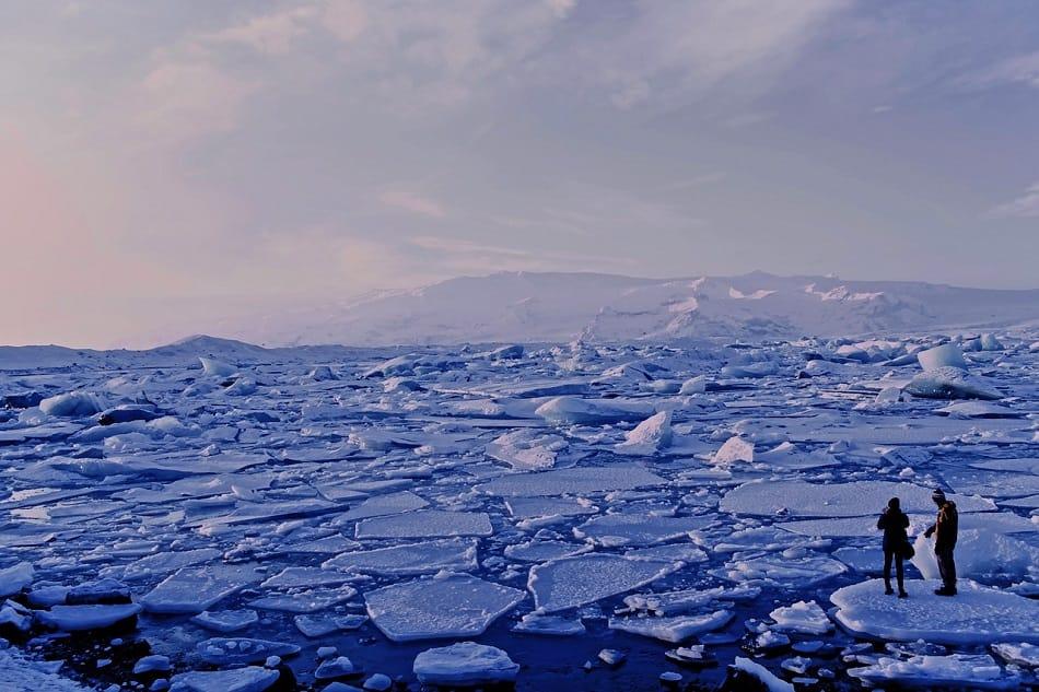 مساحة ممتدة من الثلج تغطي المباه