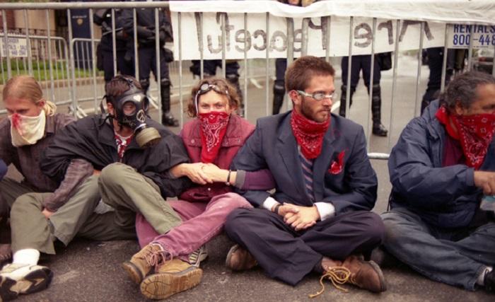 متظاهرون يرتدون أقنعة غاز