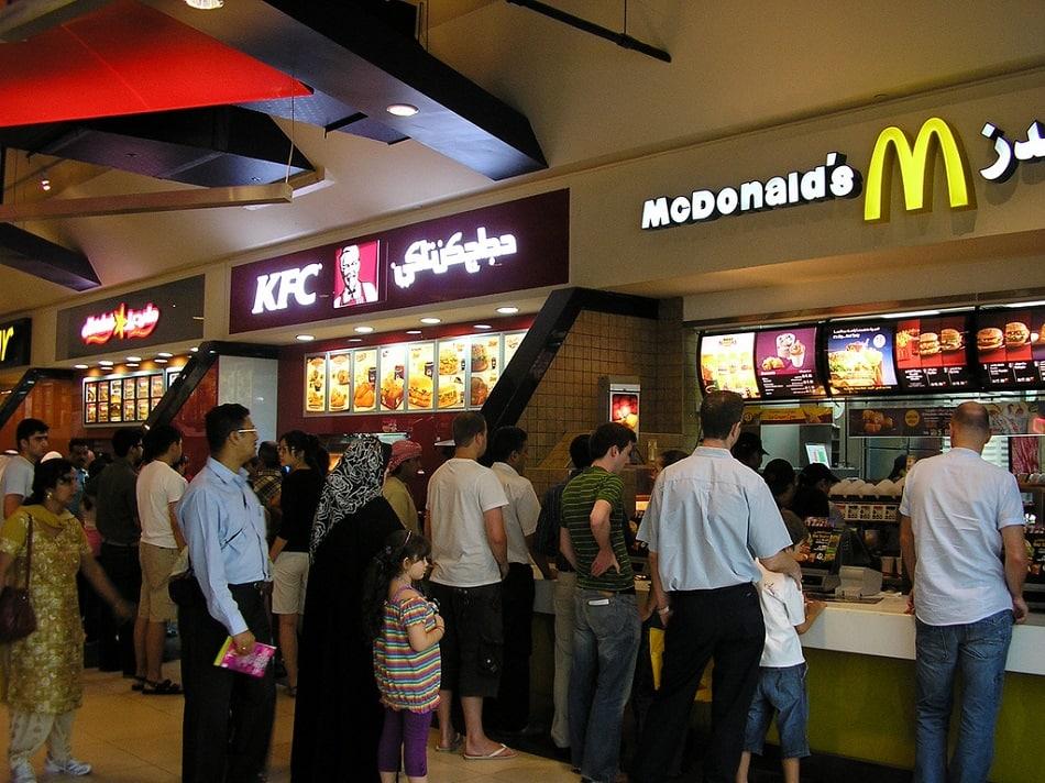 أشخاص يشترون طعاما من مكدونالدز في دبي