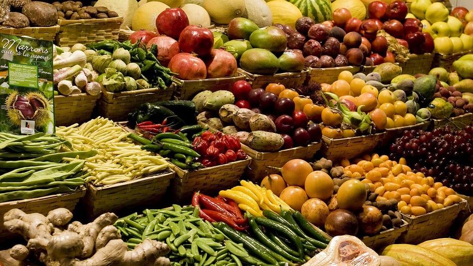 مجموعة من الخضراوات داخل محل
