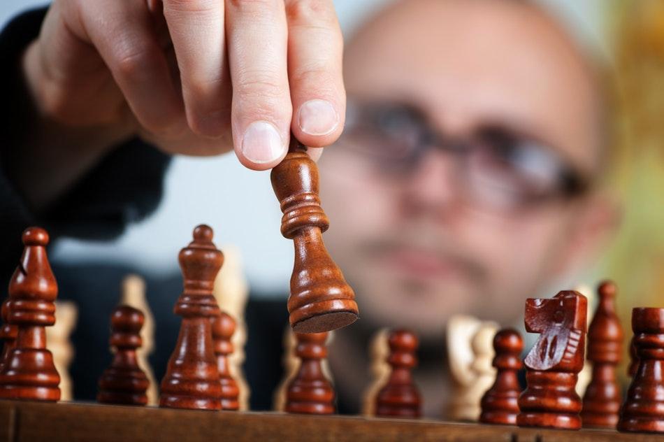 رجل يلعب الشطرنج