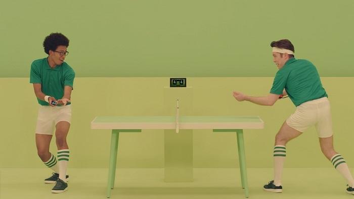 شخصان يمارسان لعبة على جهاز نينتندو سويتش