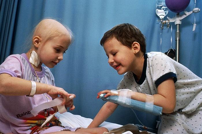 طفل وطفلة أثناء علاجهما من السرطان