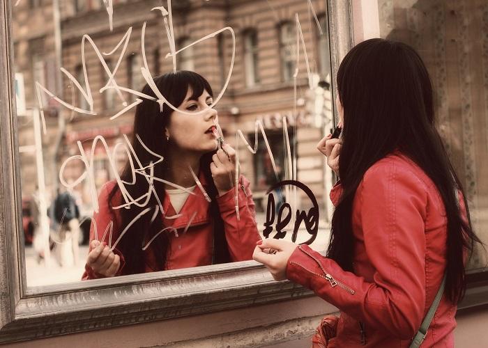 فتاة تضع المكياج في الشارع