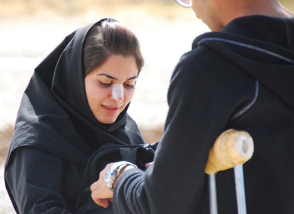 امرأة إيرانية تظهر عليها ضمادة تجميل الأنف