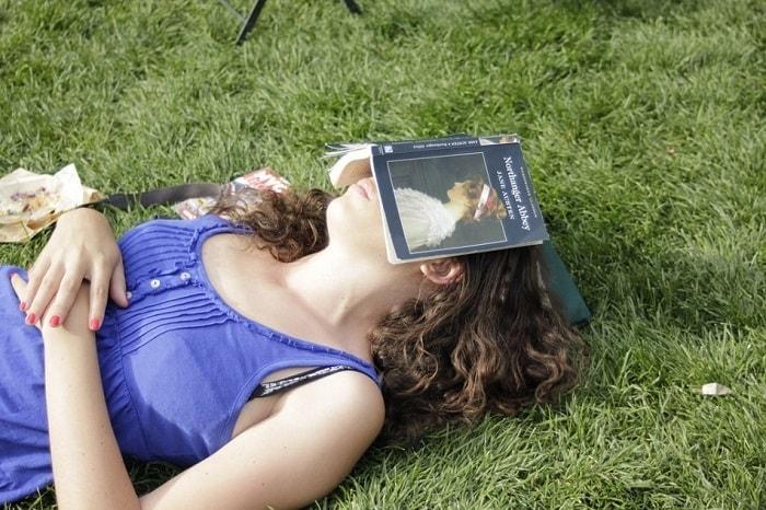 امرأة نائمة وعلى وجهها كتاب
