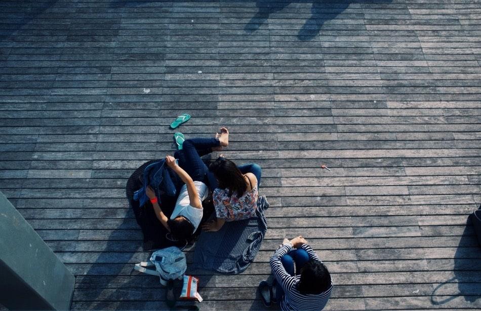 فتيات مستلقيات على الأرض
