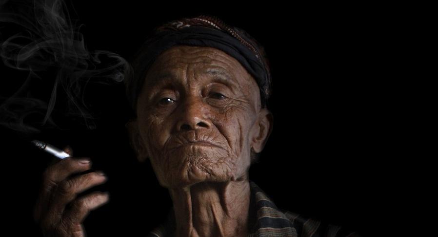 رجل عجوز فقير يدخن