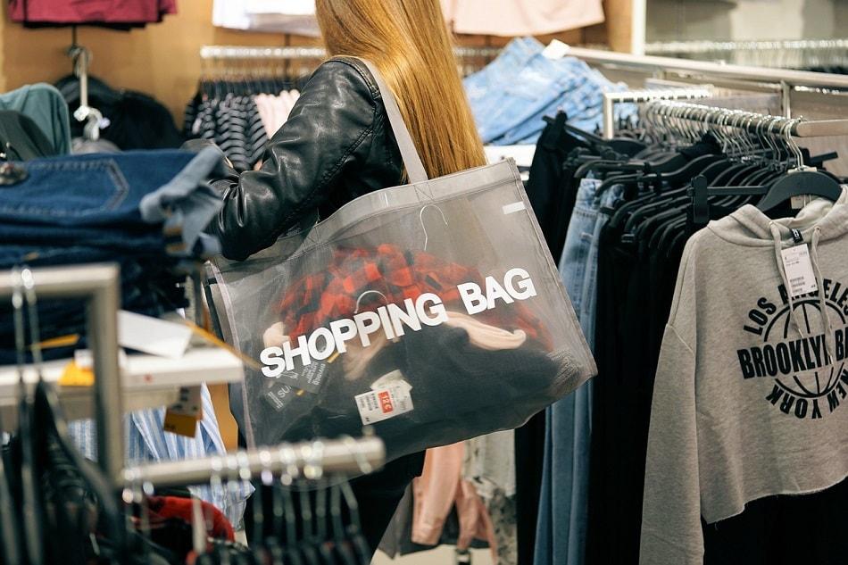 فتاة تشتري ملابس من محل
