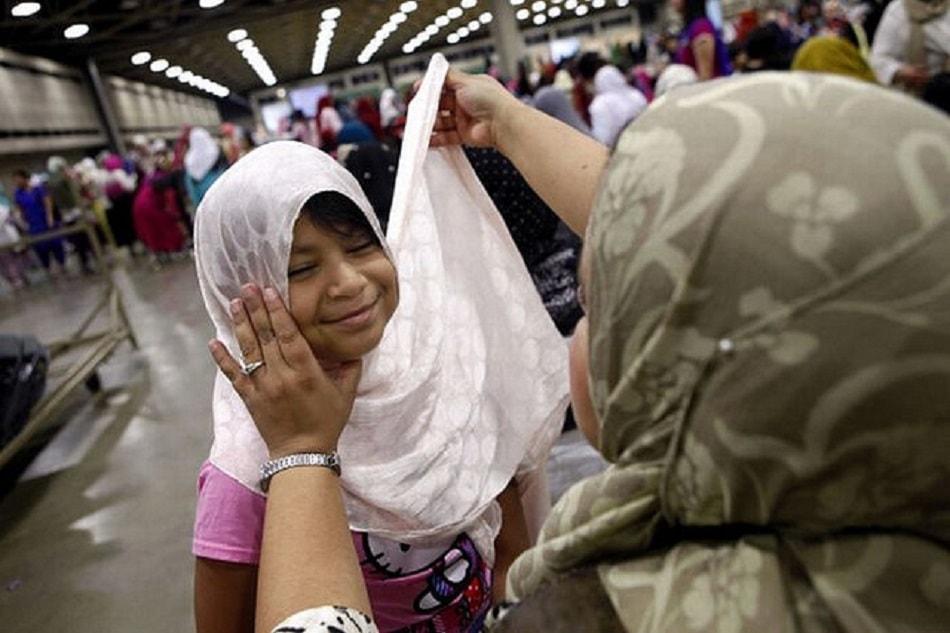طفلة ترتدي الحجاب بسعادة