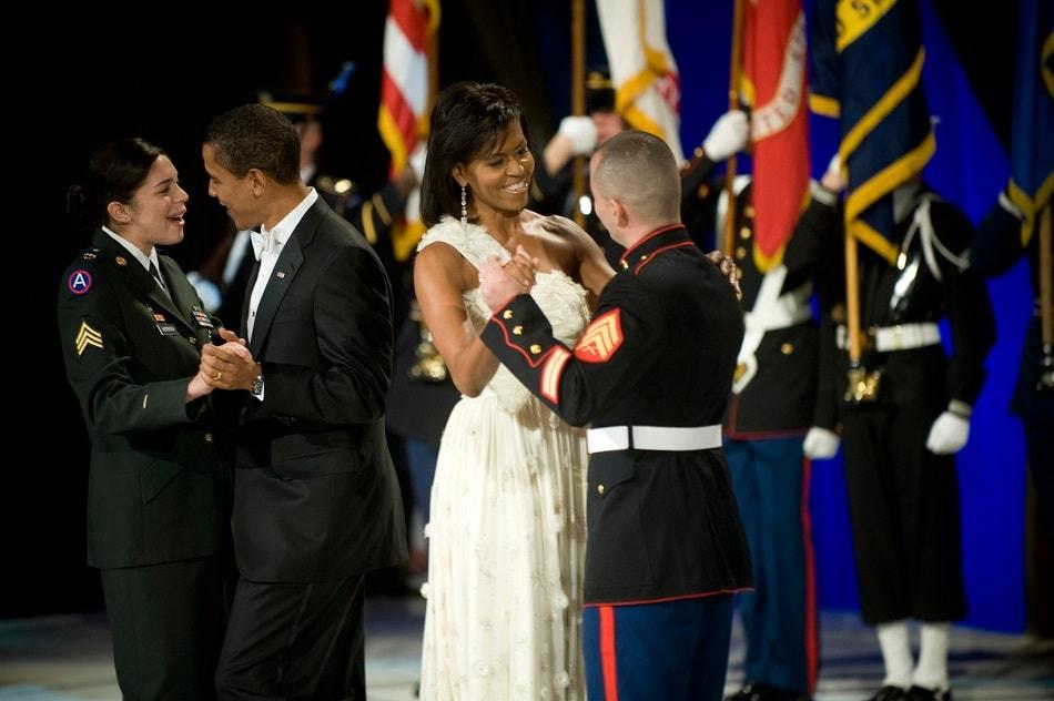 الرئيس الأمريكي باراك أوباما وزوجته ميشيل أوباما يرقصان مع عسكريين من الجيش
