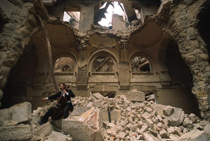 عازف أكورديون تحت الأطلال في البوسنة