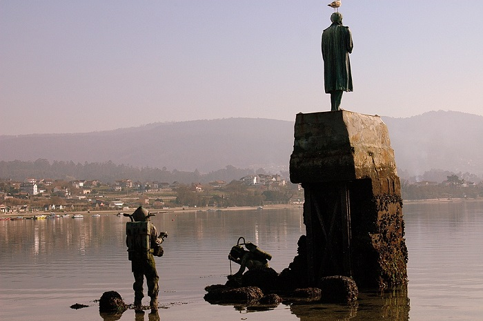تمثال لجول فيرن كاتب رواية 20 ألف فرسخ تحت الماء