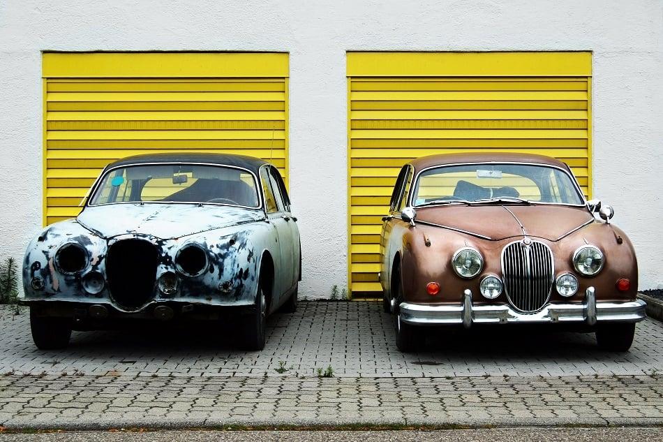 سيارتان من نفس الموديل، واحدة جديدة والأخرى قديمة