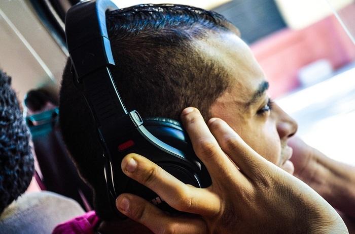 رجل يستمع للموسيقى