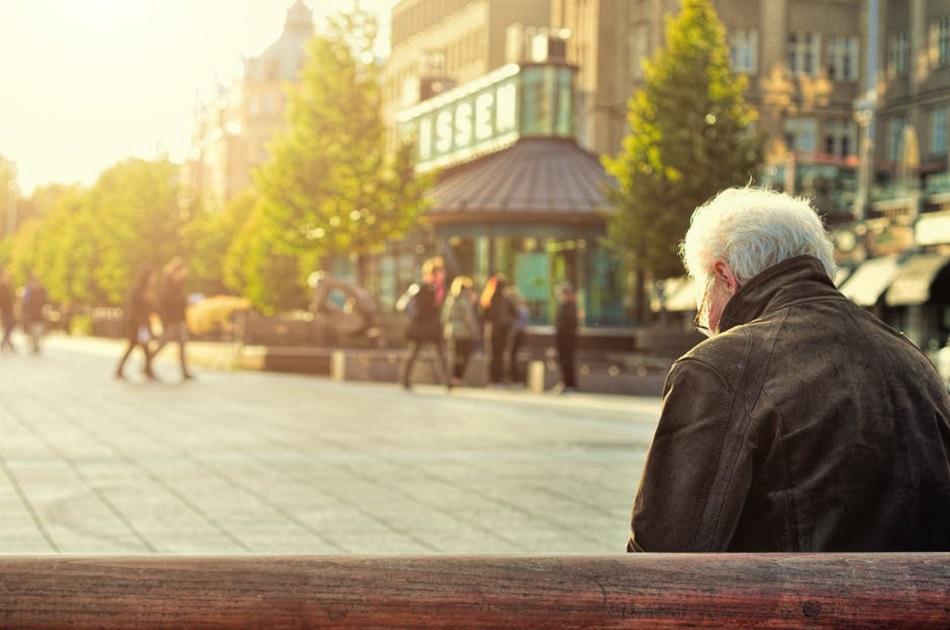 عجوز جالس حزين