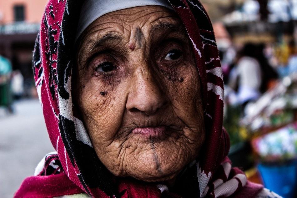 سيدة عجوز