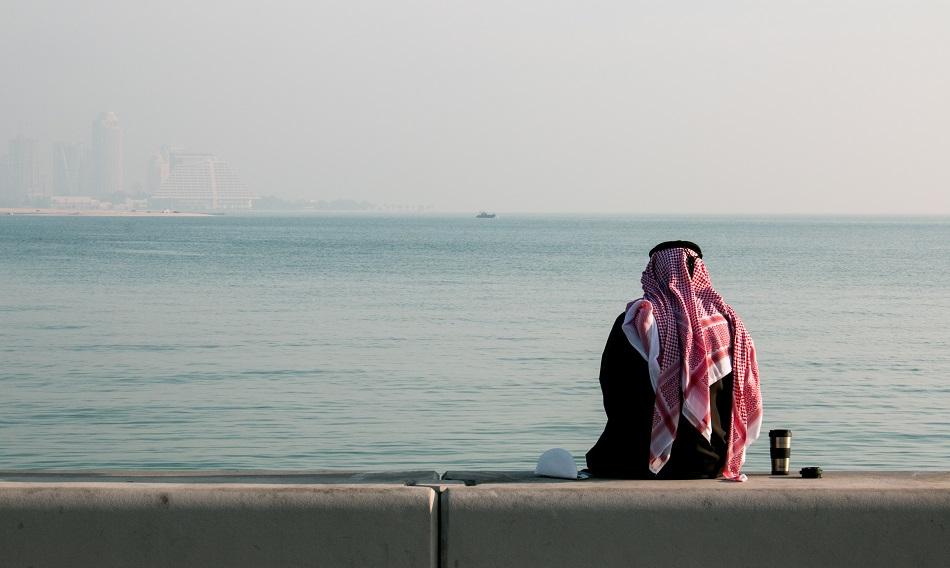 رجل وحيد على البحر
