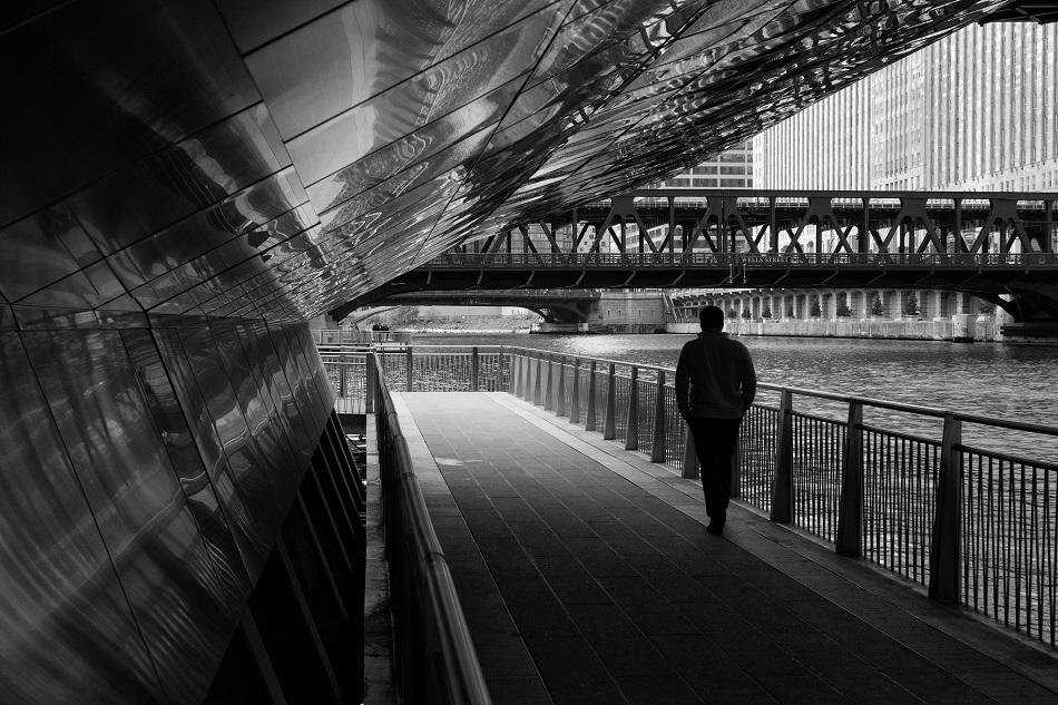 رجل يمشي وحيدا