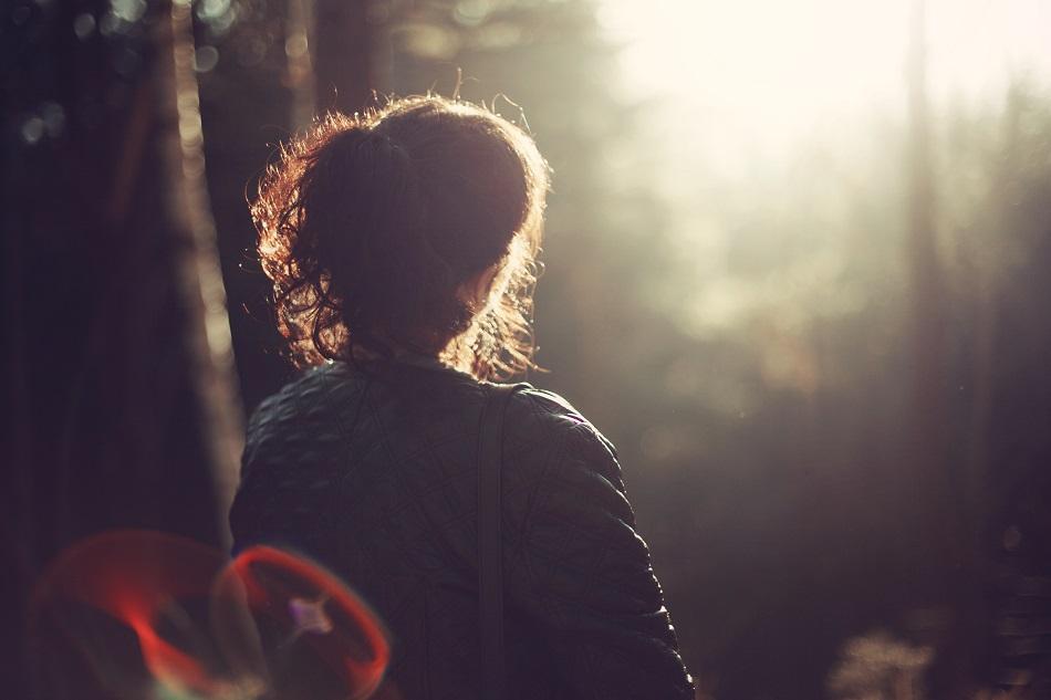 فتاة تجلس وحيدة
