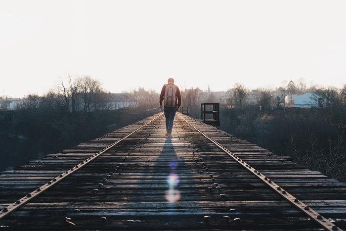 رجل يسير وحيدًا