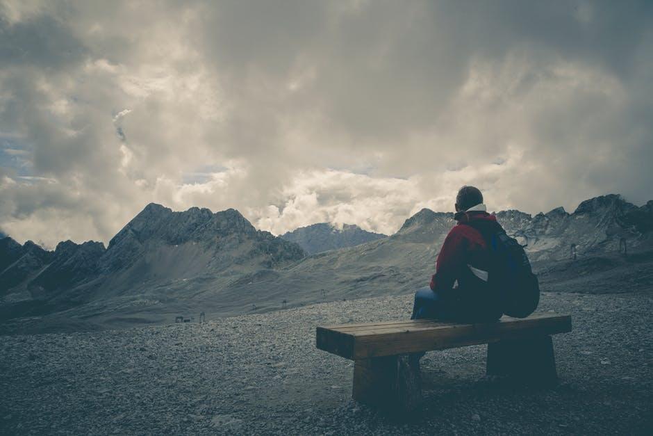 رجل وحيد على قمة جبل