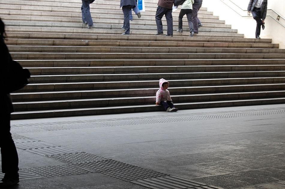 طفل وحيد يبكي