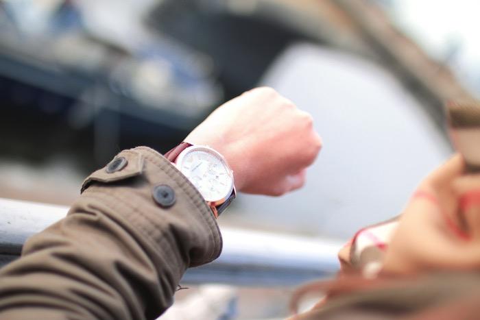 امرأة تنظر في ساعة معصم