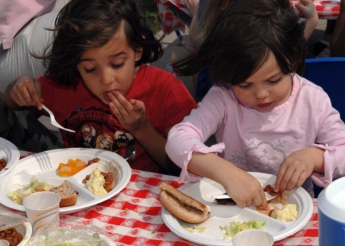 أطفال يأكلون الطعام