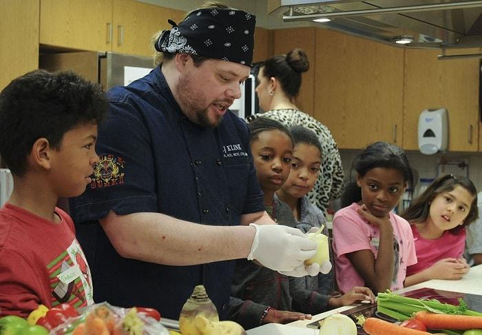 أطفال يتعلمون الطبخ