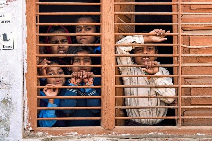 أولاد وبنات في المدرسة