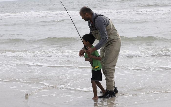 أب يساعد ابنه