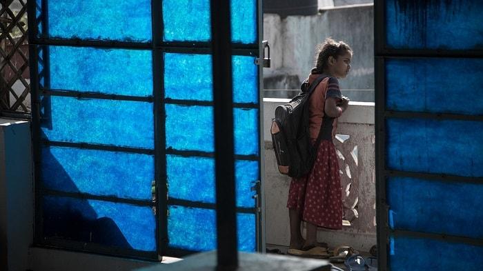 فتاة تحمل حقيبة المدرسة