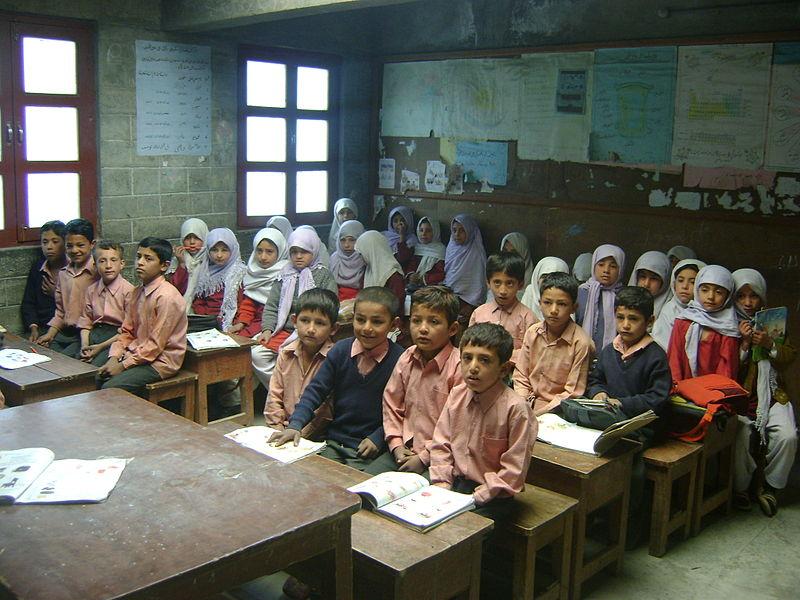 مجموعة من الأطفال في فصل دراسي