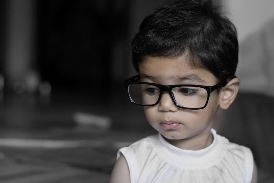 طفل يرتدي نظارات