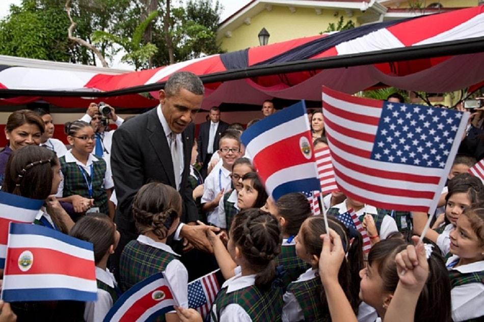 أوباما يضحك وسط الأطفال