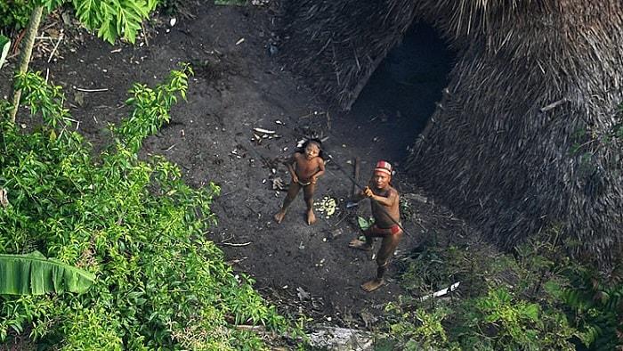 اثنان من أعضاء قبيلة برازيلية أصلية