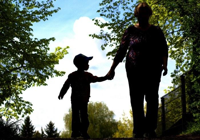 أم تتمشى مع طفلها