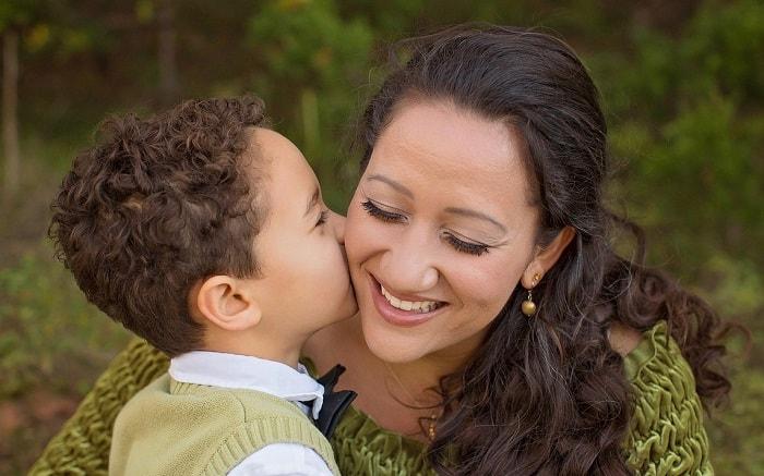 طفل يقبل أمه