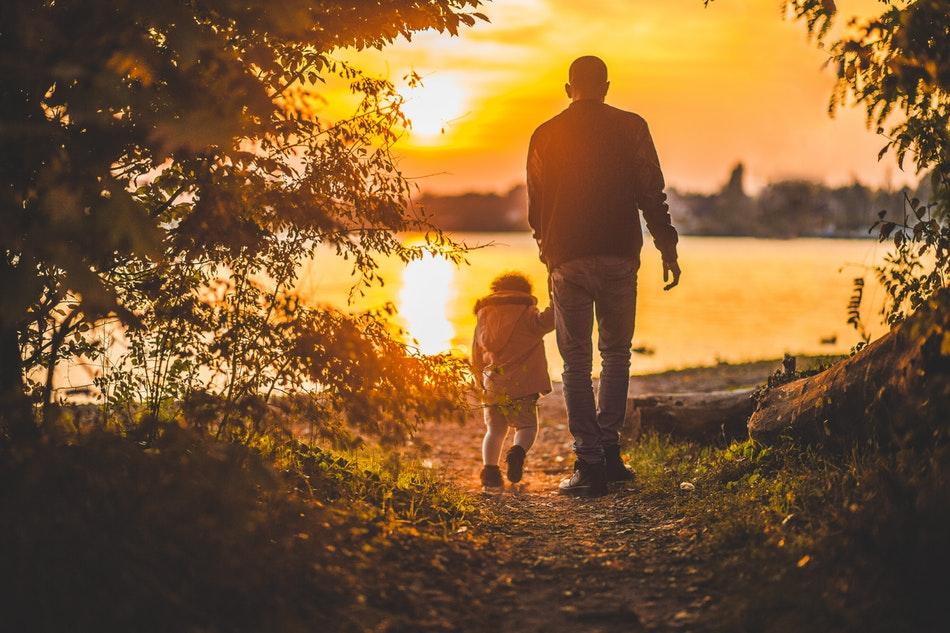 طفل يتجول مع أبيه
