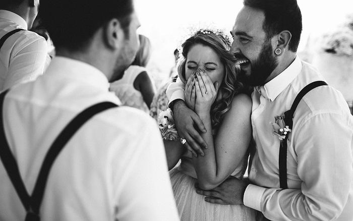 رجل وامرأة يضحكان في زفافهما