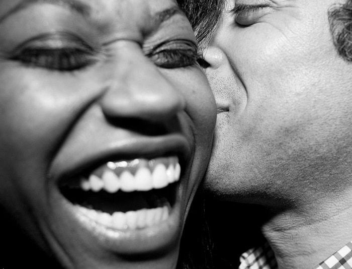 رجل وامرأة يضحكان بسعادة
