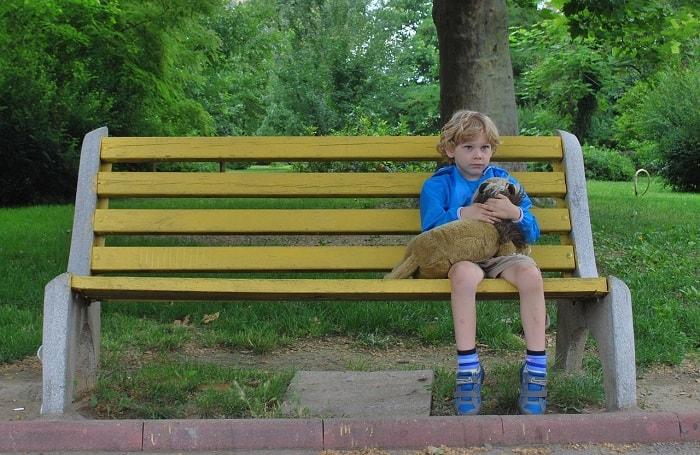 طفل يجلس مع كلبه